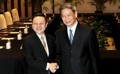 Wang Yu-chi (left) and Zhang Zhijun greet at the Purple Palace Hotel. Photo: Simon Song