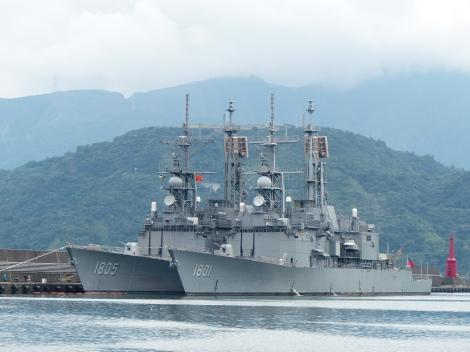 Kee_Lung_(DDG-1801)_and_Ma_Kong_(DDG-1805)_shipped_in_Zhongzheng_Naval_Base_20130504b