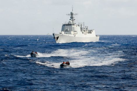 A_boarding_team_from_the_People's_Liberation_Army_(Navy)_Haikou_(DD_171)_makes_way_toward_the_U.S._Coast_Guard_Cutter_Waesche_(WMSL_751)_July,_16,_2014_(2)